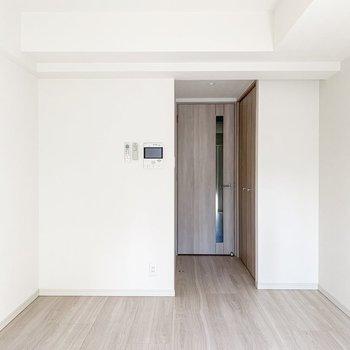 ベッドは入口右手のスペースに置くと良さそう。