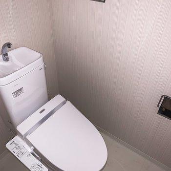 トイレは嬉しい温水洗浄機付きです。※写真は通電前・フラッシュで撮影しています
