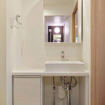 洗面台も白く透き通り、清潔感がありますよ。