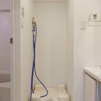 洗面所の奥に洗濯機置き場があります。※写真はクリーニング前のものです
