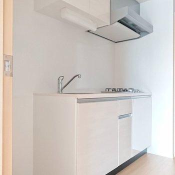 キッチンは白! ピッカピカに輝いてるなぁ。