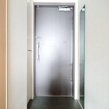 玄関には傘立てなどを置けるスペースはありそうです。