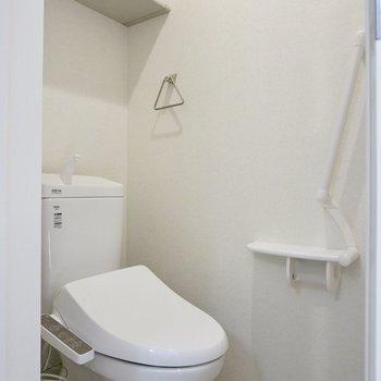 トイレには手すりと収納スペースが付いています