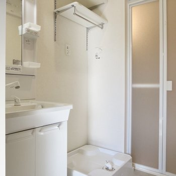 洗濯機置き場の上には可動式の収納スペースがあります◎