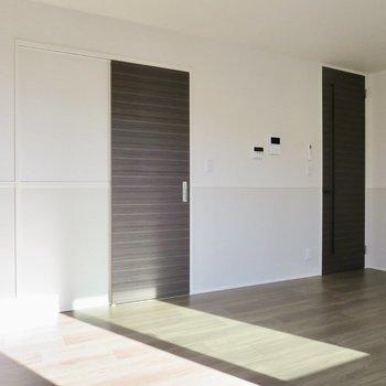 【LDK】左の扉はサニタリー、右の扉は玄関へと続いています