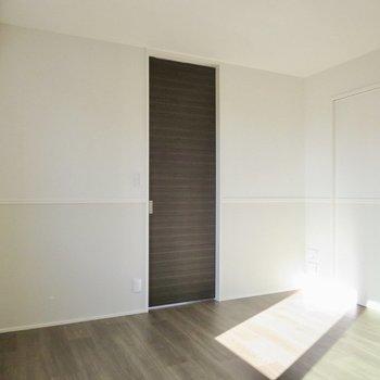 【LDK】ブラウンの扉が空間を引き締めてくれます