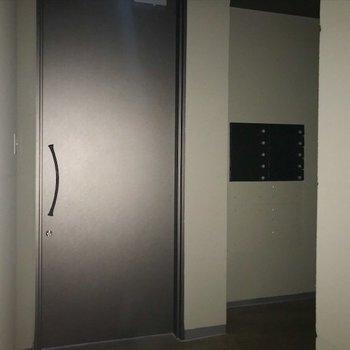 1階の共用部はthe シンプル。 ※写真は通電前の状態です。