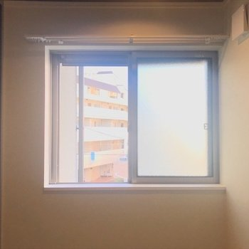 窓もあって、朝日で目覚めそう!