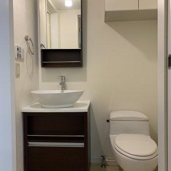 トイレの横にはタオル掛けがついています