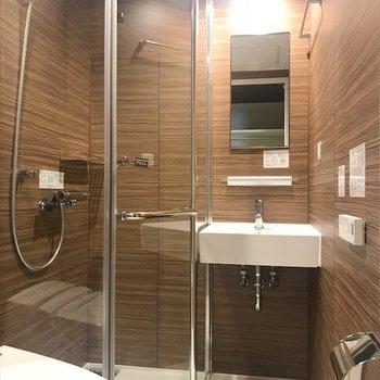 3点ユニットで、ガラス張りのホテルライクなシャワールーム。※写真は同間取り・別部屋のものです。