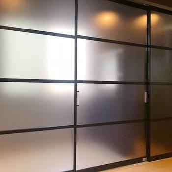 寝室は半透明扉で隠せます◎※写真は同間取り・別部屋のものです。