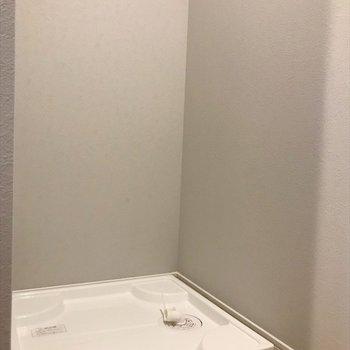 玄関の奥まった所に洗濯機が置けるので、生活感隠せます。