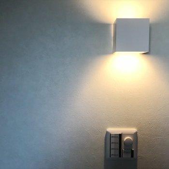 寝室にはベッドサイドに似合う照明が付いてます。