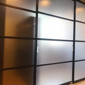 寝室は半透明扉で目隠しできます◎