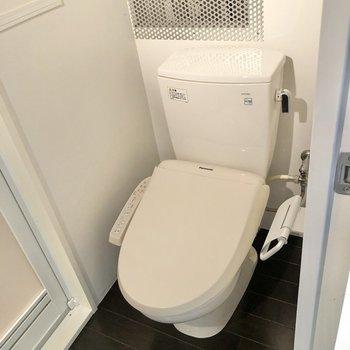 洗面台の正面にトイレがあります。