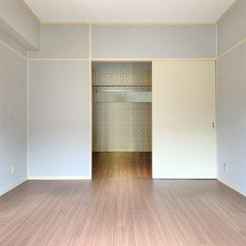 ここは寝室兼書斎スペースにおすすめ。太陽が差すので気持ちいいですよ♪では奥の洋室へ。