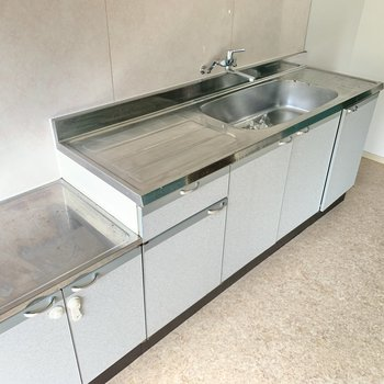 キッチンは大きめ!お料理スペースも広々ですね。コンロは持ち込みとなります。