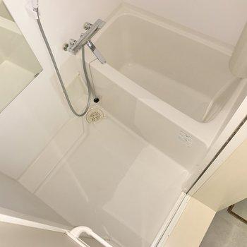 浴室はシンプル。浴槽は深め。ホッと疲れも癒やされそう。