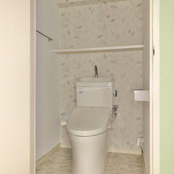 トイレは収納付き。ストックが置けそうですね◯