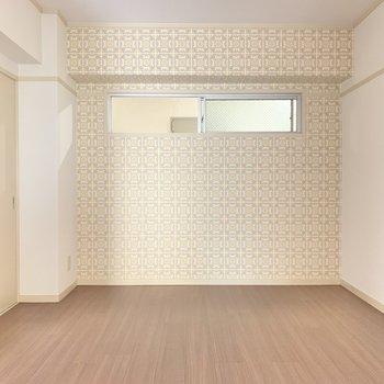 ここはクロスが素敵な空間。のんびり、ひと息つくお部屋にしても良さそう。