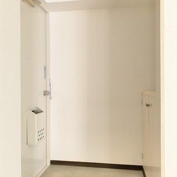 玄関はシンプル!ドライフラワーを掛けると華やかになりそうです。