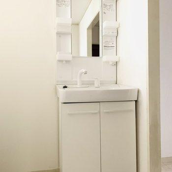 コンパクトだけど、使いやすそうな洗面所。(※お部屋は通電前です。)