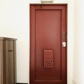 渋めの赤い扉がアクセントに。(※お部屋は通電前です。)