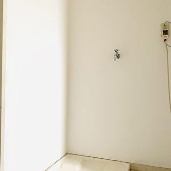 その正面には洗濯機置き場。(※お部屋は通電前です。)