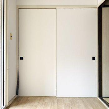 コンパクトな洋室。小さいお子さんのお部屋にしても良さそうです。(※お部屋は通電前です。)