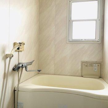 窓がついて明るいバスルーム。換気にももってこいですね。(※お部屋は通電前です。)
