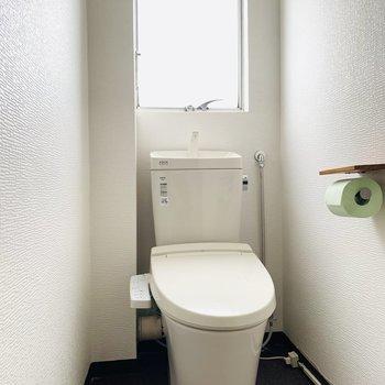 こちらも窓がついて開放感のあるトイレです。(※お部屋は通電前です。)