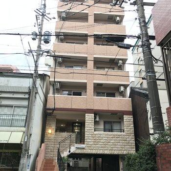 階段が印象的な建物です。