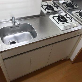 1口コンロだけど、サーモ水栓で作業スペースもしっかりあります。