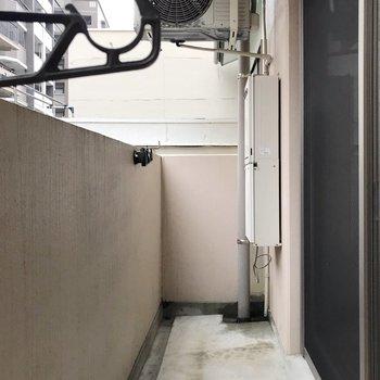 室外機が上にあるので、バルコニー広々使えます。