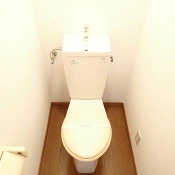 ウォシュレットはないですが、ゆとりのあるトイレ空間