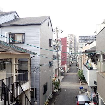 窓からはのどかな住宅街の風景