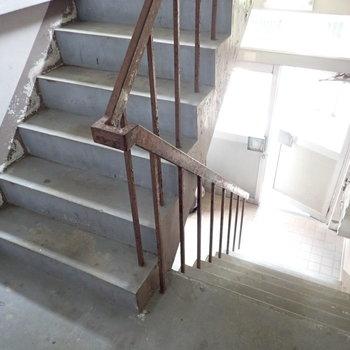 階段をのぼってお部屋に行きます