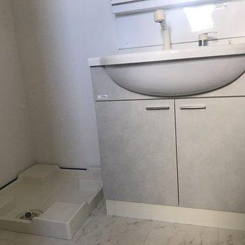 洗面台の横には洗濯機が置けます。