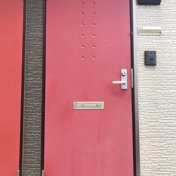 玄関の赤いドアがおしゃれ。