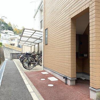 駐輪場は屋根付き!雨の日でも安心です◯