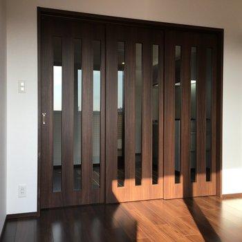 扉を閉めるとこんな感じ※写真は13階の同間取り別部屋のものです