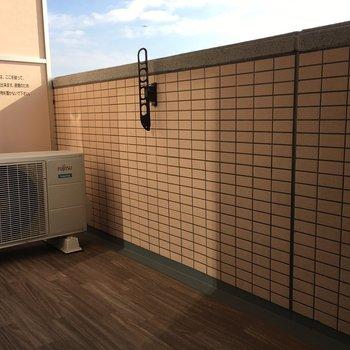 バルコニーもウッド調で統一感があります※写真は13階の同間取り別部屋のものです