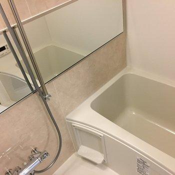 お風呂はゆったり入れます♪※写真は13階の同間取り別部屋のものです