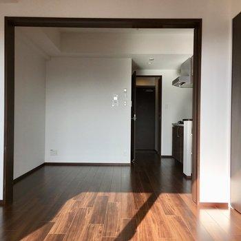 内装はウォールナット調で落ち着いた雰囲気に※写真は13階の同間取り別部屋のものです