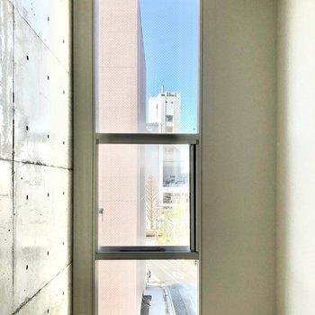 【洋室】大きく背の高い窓からたっぷり光が差し込みます。