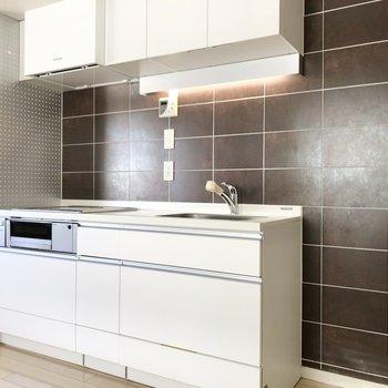 【LDK】キッチン左横は有孔ボードになっていて、収納に活用できそう。