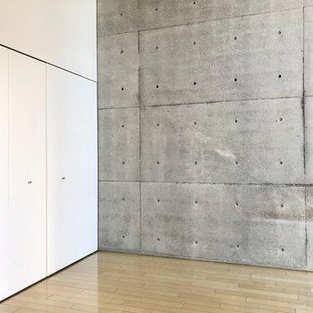 【洋室】こちら側の壁はコンクリート打ちっ放しになっています。