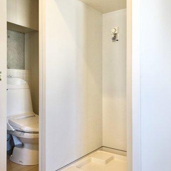 洗濯機置き場の上には収納棚もあります。