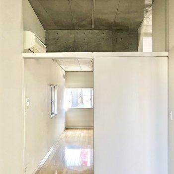 続いてLDKを見ていきましょう。ドアの上はガラス張りになっていて天井の高さを強調してくれます。