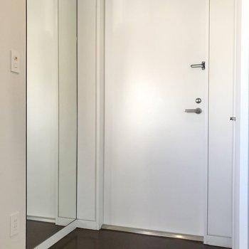 玄関には大きな全身鏡が付いています。